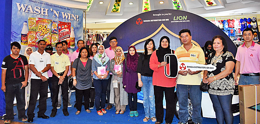 Lucky draw winners pose for a group photo