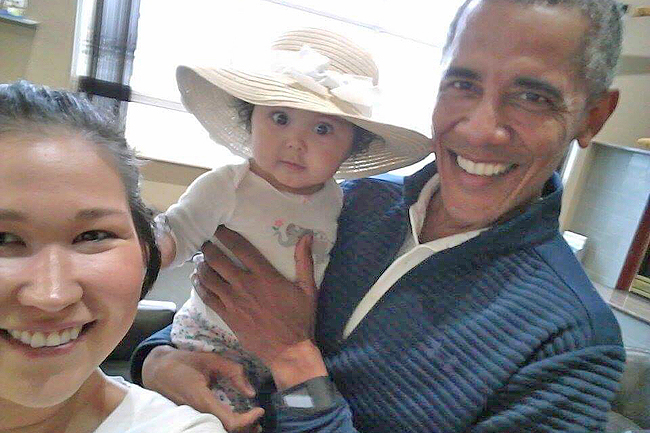 Alaska mom snaps cellphone pics of Obama carrying her baby