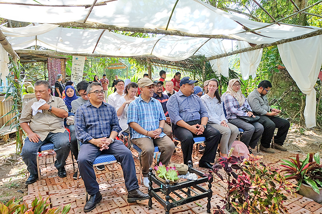 Wardi bin Haji Mohammad Ali, Deputy Permanent Secretary (Tourism) at the Ministry of Primary Resources and Tourism and other guests at the the Farmer's Market. - PHOTOS: AZARAIMY HH