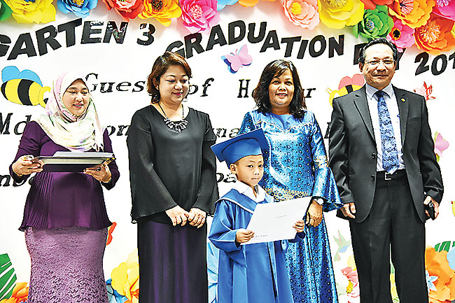 fd06920e2a A pupil with the graduation certificate poses for photos together with the  guest of honour ...