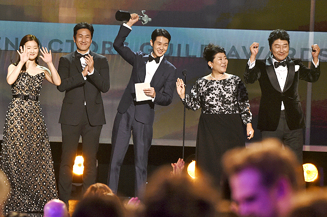 Parasite Wins At Sag Awards So Do Pitt And Aniston Borneo Bulletin Online