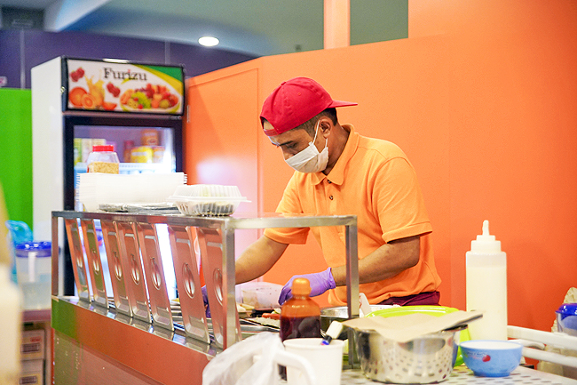 COVID-19 Brunei: Minister urges eatery employees to wear face mask (2020)