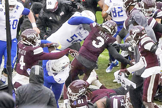 Tulsa, Mississippi State players brawl at end of Armed Forces Bowl